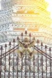 Garuda skulptur på metallstaketet på huvudsakliga Prang av Wat Arun Ratchawararam Ratworamahawihan Temple av gryning Arkivbild