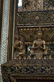 Garuda statuy wokoło bazy świątynia obraz stock