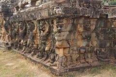 Garuda statyer dekorerar väggar Arkivfoton