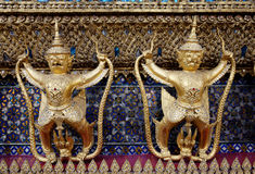 Garudas dourado no palácio grande de Tailândia (HDR) fotografia de stock royalty free
