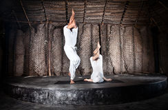 Garudasana de la yoga de los pares imágenes de archivo libres de regalías