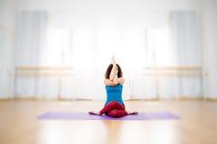Garudasana de pratique d'asana de yoga de femme convenable de jeunes Images libres de droits