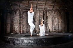 Garudasana di yoga delle coppie immagini stock libere da diritti
