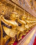 Garudo del oro en fila Imagenes de archivo