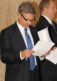 Gary Johnson contrôlant des notes Photos stock