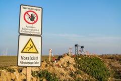 GARZWEILER, DEUTSCHLAND - 15. AUGUST 2015: Zeichen versuchen, die Demonstrationstätigkeit am Tagebaubergwerk Garzweiler zu stoppe Stockbild