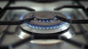 Gas ardiente en avellanadores de la cocina almacen de video