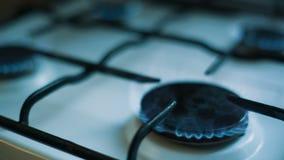 Gas ardiente en la estufa almacen de metraje de vídeo