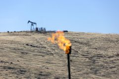 Gas-brennende Kamin-Erdölindustrie lizenzfreies stockfoto