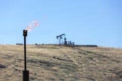 Gas-brennende Kamin-Erdölindustrie stockbild