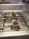 Gas bruciante sulla stufa di gas della cucina Immagine Stock Libera da Diritti