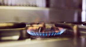 Gas bruciante sulla stufa di gas della cucina Fotografia Stock Libera da Diritti