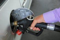 Gas de bombeo en una gasolinera Imágenes de archivo libres de regalías