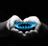Gas in den Händen lizenzfreies stockbild