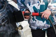 Gas di pompaggio alla pompa Primo piano del combustibile della benzina dell'uomo nella stazione dell'automobile immagine stock libera da diritti