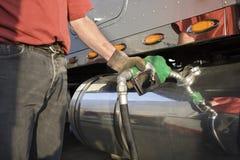 Gas di pompaggio dell'autista di camion Fotografie Stock