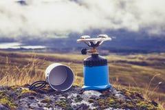 Gas het kamperen fornuis en pot in de bergen Royalty-vrije Stock Foto's