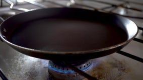 Gas; 4K Kochen; Vorbereiten; Topf; Bratpfanne, Kücheofen; stock video