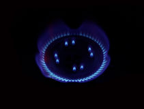 Gas natural ardiente en la hornilla Imagenes de archivo