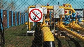 Gas naturale Stazione del trasporto e di pulizia Elaborazione del gas e del petrolio Conduttura con un manometro e una pompa olio video d archivio