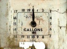 Gas o dial roto viejo de la gasolinera fotografía de archivo