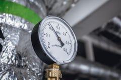 Gas o vapor que se escapa de un indicador de presión industrial Imagenes de archivo