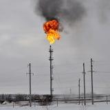 Gas som blossar i oljefältet Arkivfoton