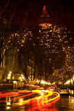Gas-Stadt Vancouver, BC nachts mit Auto-Spuren Lizenzfreie Stockfotos
