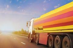 Gas-tanklastbilen går på huvudvägen royaltyfria bilder