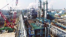 Gas- und Erdölraffineriekomplex auf sonniger Tagesvogelperspektive stock footage