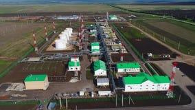 Gas- und Erdölraffineriestation mit Ausrüstungsluftpanorama stock footage