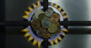 Gas-Wirtschafts-Konzept und Münzen auf einem brennenden Ofen als Energie-Geld-Einsparungens-Draufsicht-Schuss auf Rot stock video footage