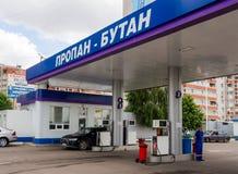 Gasa att tanka bilen på gatorna av Voronezh Arkivfoto