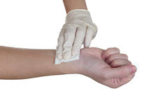 Gasa del presionado a mano en el brazo después de administrar una inyección. Foto de archivo libre de regalías