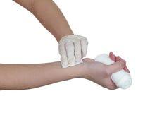 Gasa del presionado a mano en el brazo después de administrar una inyección. Fotografía de archivo