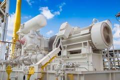 Gasa hjälpmotorkompressorn i dunståterställningsenhet av fossila bränslenplattformen Arkivbild