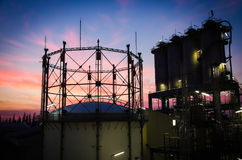 Gasa tankar och silos arkivfoto