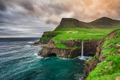 Gasadalur by och dess vattenfall, Faroe Island, Danmark Royaltyfri Fotografi