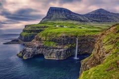 Gasadalur by och härlig vattenfall, Vagar, Faroe Island arkivbilder