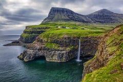 Gasadalur by och härlig vattenfall, Vagar, Faroe Island arkivbild