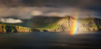 Gasadalur-Regenbogenpanorama Stockfotografie