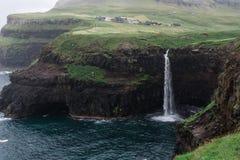Gasadalur vattenfall i den Vagar ön på Faroeen Island Arkivfoto