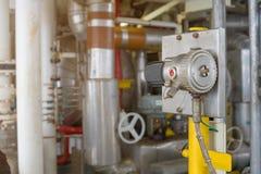 Gasavkännaren i faraområde för avkänner kolväteläckan och överfört för att meddela larmet till centralt kontrollrum Fotografering för Bildbyråer