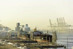 Gasbärareskepp i port av Dubai Arkivfoto