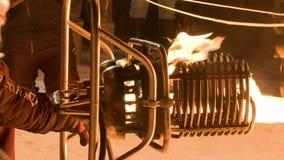 Gasbrännare för ballong för varm luft på arbetssikten från jordning stock video