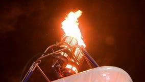 Gasbrännare för ballong för varm luft på arbetssikten på natten stock video