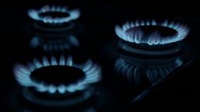 Gasbrännare som avfyras i den mörka bakgrunden arkivfilmer