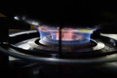 Gasbränning från en kökgasugn royaltyfria bilder