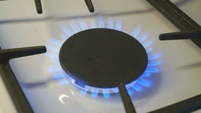Gasbrenner einer brennen blaue Flamme auf einem Gasherd stock video footage