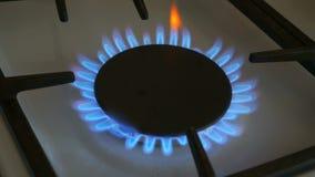 Gasbrenner einer brennen blaue Flamme auf einem Gasherd stock video